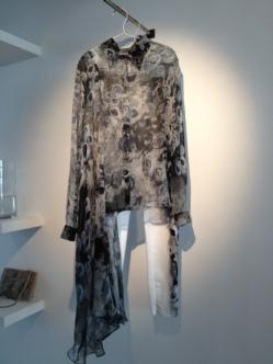 Varför inte matcha byxorna med en skir blus av Hanna Henriksson, även den i havstulpan/mossdjur- stil?