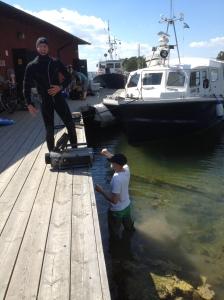 Det är kul att jobba med film! Mattias och Ola gör sig redo för bad.