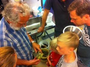 Nisse Kautsky, professor, blåmusselexpert och känd skaldjurskonsument delar med sig av sin visdom och passion till Stefan med familj