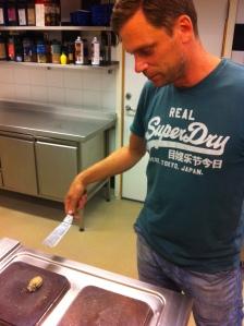 Stefan Eriksson, årets kock 2005, halstrar ostron.