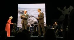 Professor emeritus Ragnar Elmgren visar upp smaltången, som ser liten ut i jämförelse med den stora knöltången som föll ner